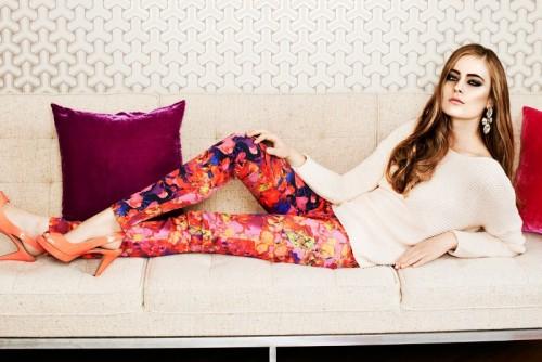 Wyraziste spodnie w kwiaty idealnie współgrają z pastelowym sweterkiem