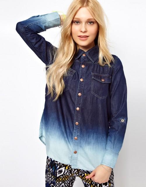 Koszula jeansowa, od granatu do bieli, pochodzi ze strony asos.com i jest dostępna w cenie 75 euro