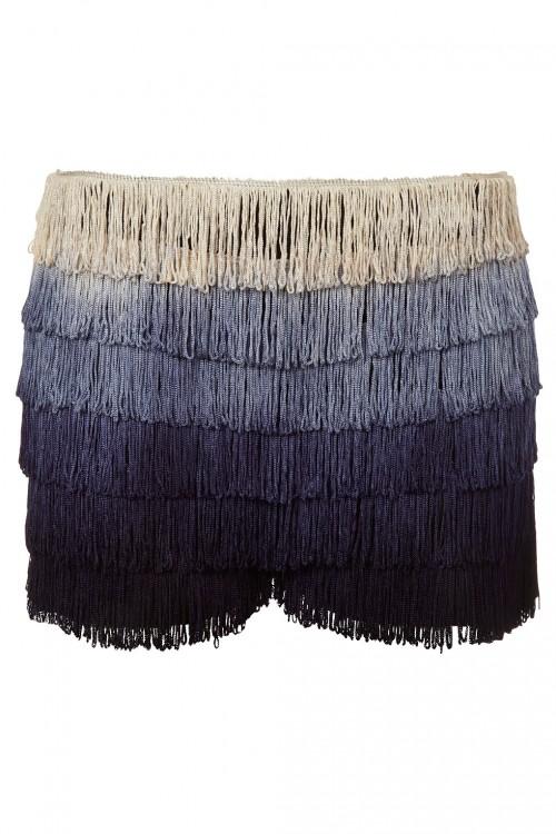 Trend ombe jest na tyle wyrazisty, że wystarczy połączyć go z jednokolorowymi dodatkami i stylizacja staje się rewelacyjna, shorty pochodzą z Top Shopu i kosztują 36 funtów