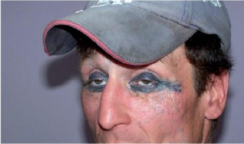 """Zdjęcie pochodzi z książki """"Dziara"""", """"cynkówka"""", """"kolka"""" – zjawisko tatuażu więziennego"""" (wyd. Impuls)."""