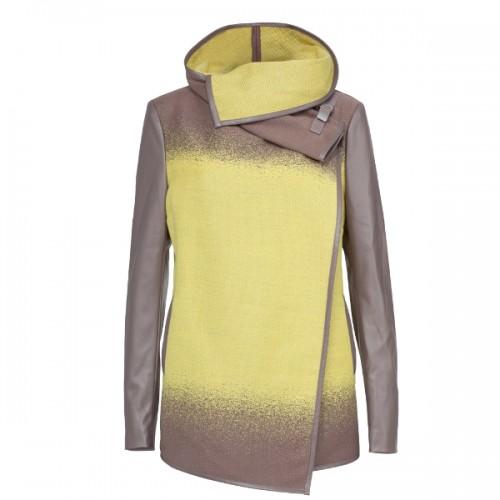 Dłuższa kurtka Solar z łączonych materiałów, 589 zł. W cieniowanej kolorystyce, z wykończeniami z ekologicznej skóry. Model z ozdobnym kołnierzem.