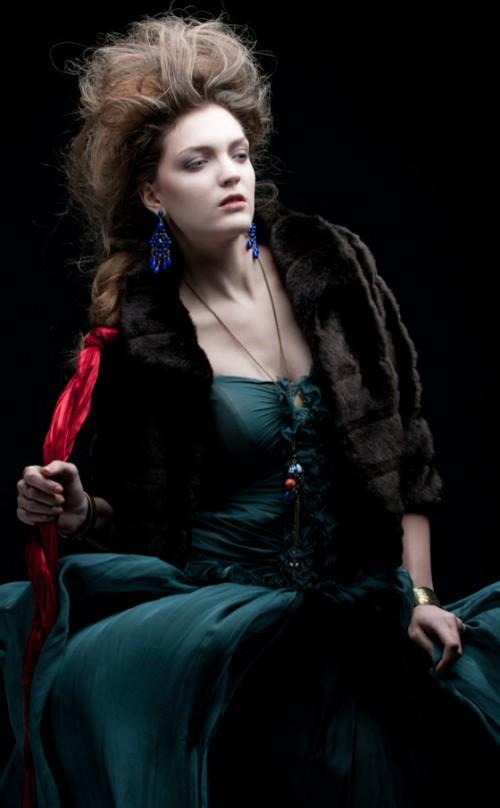 Fryzury w stylu carskiej Rosji z kolekcji Tsarist Russia, która została stworzona przez monday academy Macieja Wróblewskiego. W sesji wzięły udział Wiktoria Malicka (modelka), Aleksandra Nejbałer (make up) oraz Ania Sikorska (stylizacja).