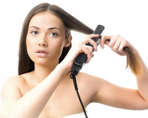 Włosy, prostowanie włosów, prostownica, kobieta. Fot. Fotolia/Edipresse