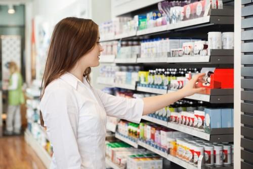 włosy, kobieta, sklep, apteka, leki, suplementy, kupowanie, zakupy/fot. Fotolia/Edipresse