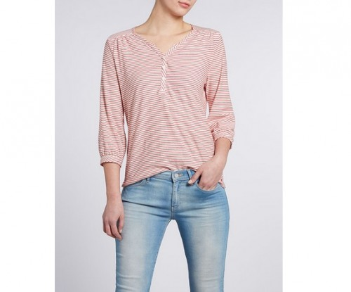 Klasyczna koszulka z rękawem 3/4 w czerwone mini-paseczki jest lekko marszczona na ramionach i ma dekolt w szpic z rozpięciem na guziki, Wrangler, cena: 99 zł.