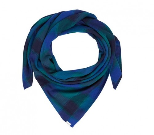 Ten uniwersalny szal w wyrazistych odcieniach błękitu o gładkich brzegach to szykowna i nowoczesna interpretacja klasycznego wzoru tartan, Wrangler, cena: 109,00 zł.