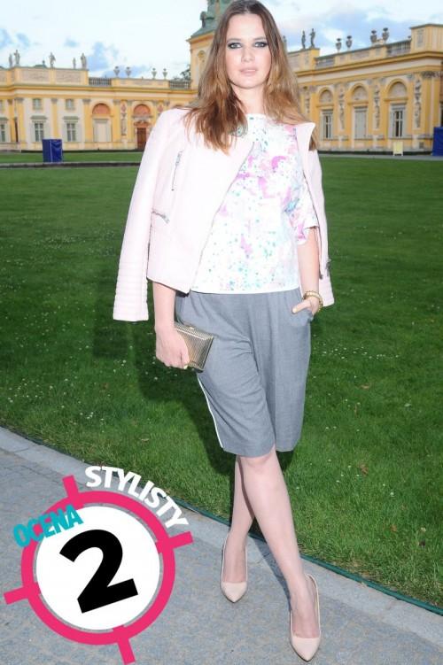 Karolina Malinowska w pastelowej kurtce