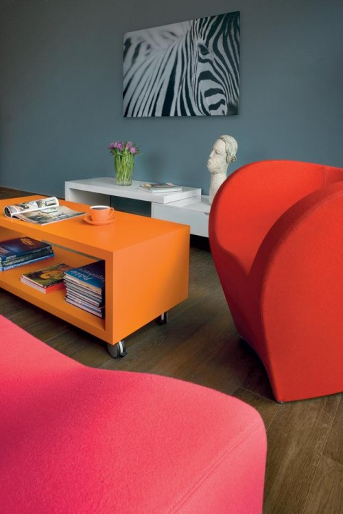 Luxury-colorful-living-room-design-with-modern-armchairs-sofa-coffee-table-with-shelf-modern-table-with-decoration