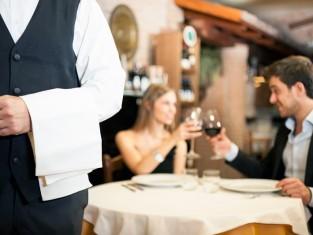 Kobieta i mężczyzna podczas kolacji