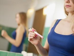 Kobieta z testem ciążowym