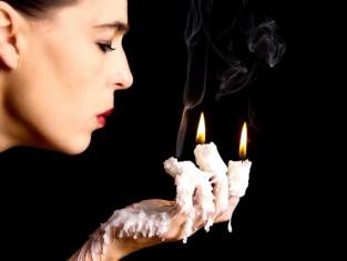Wosk, andrzejki, kobieta, świece, wróżby, fot. Fotolia/ Edipresse