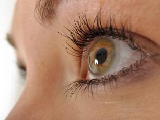 oko, oczy, kobieta, soczewki, szkła kontaktowe, wada wzroku, okulista, okulistyka/fot. Fotolia/Edipresse