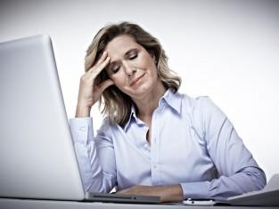 praca, kobieta, komputer, zmęczenie, ból, głowa, ból głowy/fot. Fotolia/Edipresse