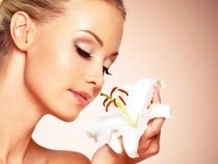 zapach, nos, woń, kwiat, wąchanie, węch, kobieta, uroda, pielęgnacja, cera, twarz, skóra/fot. Fotolia/Edipresse