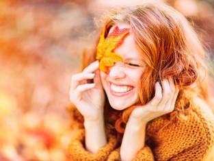 jesień, kobieta, liść, uśmiech, radość, emocje, zęby/fot. Fotolia/Edipresse