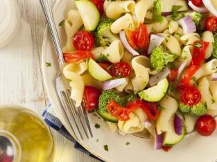 sałatka makaronowa z warzywami przepis, przepis na makaronową sałatkę z warzywami, warzywna sałatka przepis