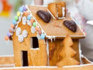 chatka z piernika krok po kroku, świąteczna chatka piernikowa, jak zrobić domek z piernika
