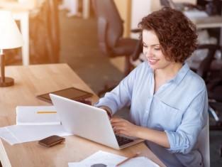 kobieta pracuje przed komputerem