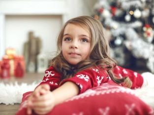 Czy dziecko może zostać samo w pokoju hotelowym lub sali zabaw?