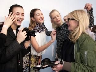 Uśmiechnięte dziewczyny na pokazie mody