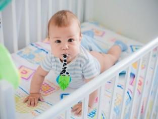 Jak urządzić niemowlakowi bezpieczne łóżeczko?