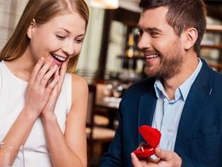 Na którym palcu nosi się pierścionek zaręczynowy - porady
