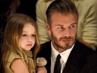 Harper Beckham na manicure
