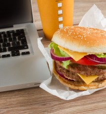 Biznesowy savoir-vivre - jedzenie w pracy