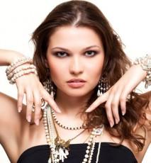 Jak dobreć biżuterię do dekoltu