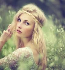 kobieta z opaską na blond włosach