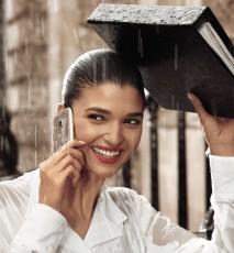 kobieta w deszczu z telefonem