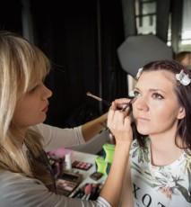kobieta podczas robienia makijażu