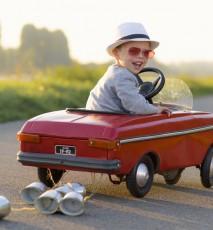 Chłopiec z samochodem