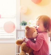 dziecko z pluszakiem