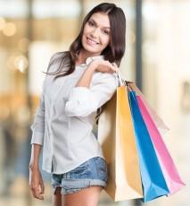kobieta na zakupach, promocje w sklepach