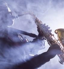 mężczyzna grający na saksofonie