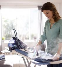 kobieta prasuje ubrania