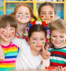 dzieci w szkole językowej