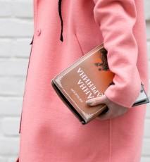 Kobieta w różowym płaszczu