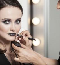 modelka podczas makijażu
