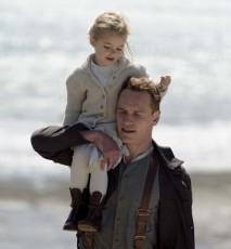 """Kadr z filmu, """"Światło między oceanami"""", Michael Fassbender"""
