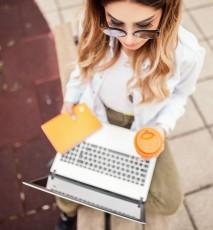 Kobieta z laptopem i notesem