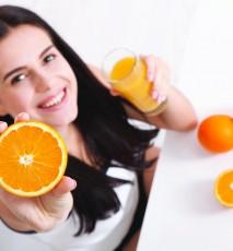kobieta z pomarańczą