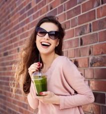 Kobieta pijąca zielony koktajl