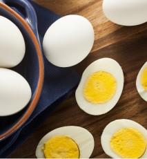 Połówki jajek na twardo na stoe