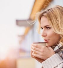 Kobieta pije gorącą herbatę.