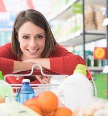 Kobieta na zakupach spożywczych w supermarkecie.