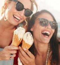 Młode kobiety jedzą lody