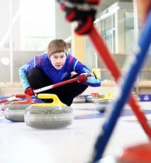 Adela Walczak - zawodniczka curlingu w czasie gry na lodzie