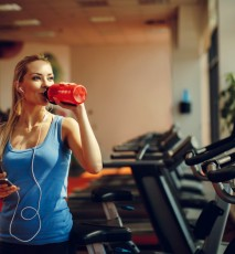 Kobieta pije izolat białka serwatkowego